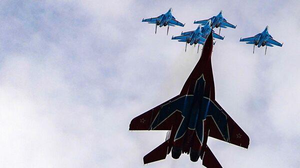 Истребители МиГ-29 и Су-30СМ пилотажных групп Русские витязи и Стрижи во время репетиции воздушной части парада в честь 75-летия Победы в Великой Отечественной войне в  Кубинке