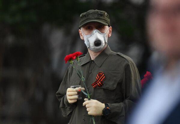 Участник акции Вахта памяти. Вечный огонь в Александровском саду в Москве