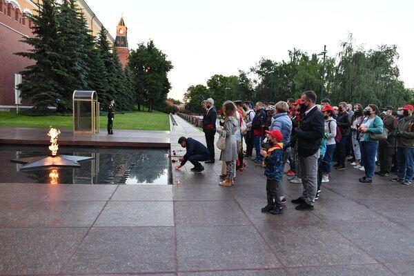 Участники акции Вахта памяти. Вечный огонь в Александровском саду в Москве