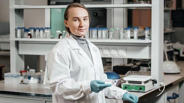 Аспирант Исследовательской школы химических и биомедицинских технологий ТПУ Анна Липовка в лаборатории ТПУ