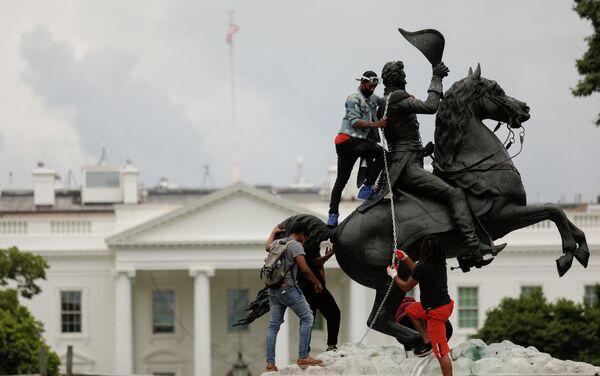 Протестующие попытаются снести статую седьмому президенту США Эндрю Джексона возле Белого дома, Вашингтон