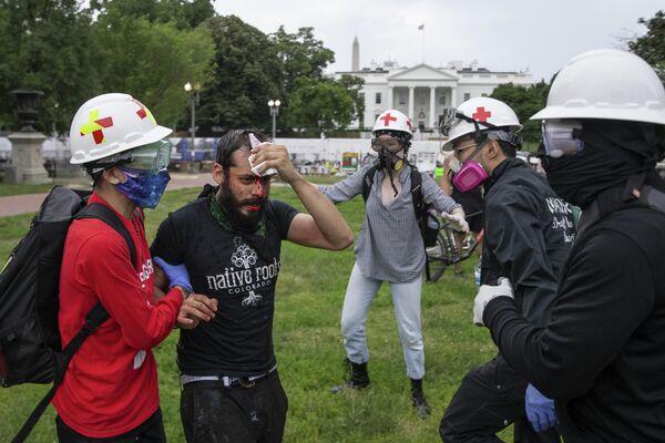 Протестующий после столкновения с полицией возле Белого дома на площади Лафайетт, Вашингтон