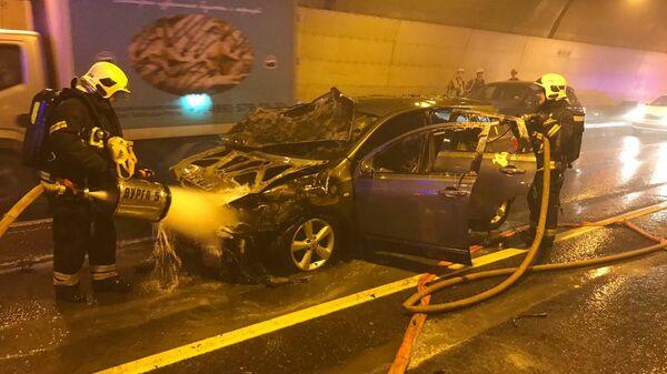Сотрудники МЧС во время ликвидации возгорания автомобиля в тоннеле в Москве