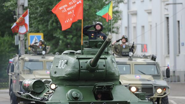Танк Т-34-85 во время парада в честь 75-летия Победы в Великой Отечественной войне в Чите