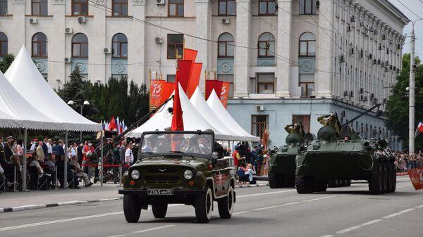 Военнослужащие на параде Победы в Симферополе