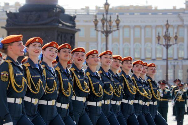 оеннослужащие парадных расчетов на военном параде в ознаменование 75-летия Победы в Великой Отечественной войне 1941-1945 годов на Дворцовой площади в Санкт-Петербурге