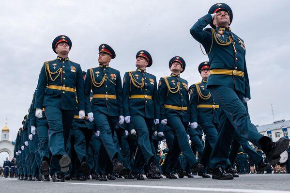 Военнослужащие парадных расчетов на военном параде в ознаменование 75-летия Победы в Великой Отечественной войне 1941-1945 годов в Южно-Сахалинске