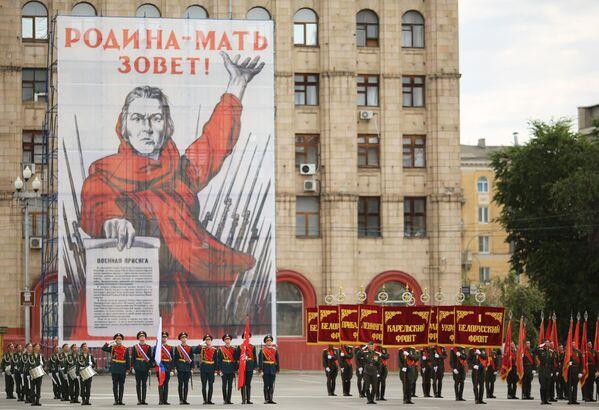Военнослужащие парадных расчетов на военном параде в ознаменование 75-летия Победы в Великой Отечественной войне 1941-1945 годов в Волгограде
