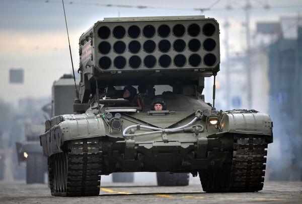 Тяжёлая огнемётная система залпового огня Буратино (ТОС -1А) на базе танка Т-72 во время военного парада в ознаменование 75-летия Победы в Великой Отечественной войне 1941-1945 годов