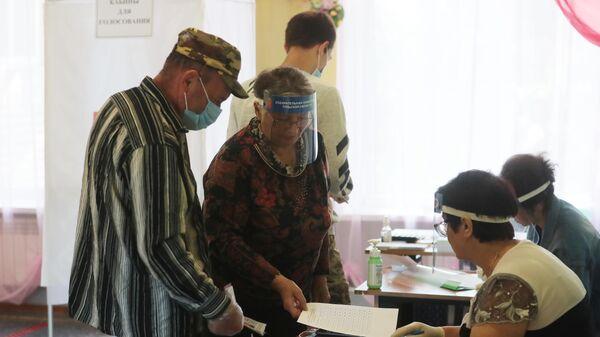 Участники голосования по внесению поправок в Конституцию РФ на избирательном участке №1008 в селе Ненашево Тульской области