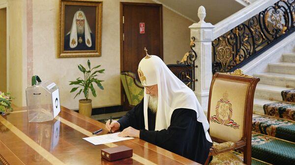 Патриарх Кирилл принимает участие в голосовании по внесению поправок в Конституцию РФ