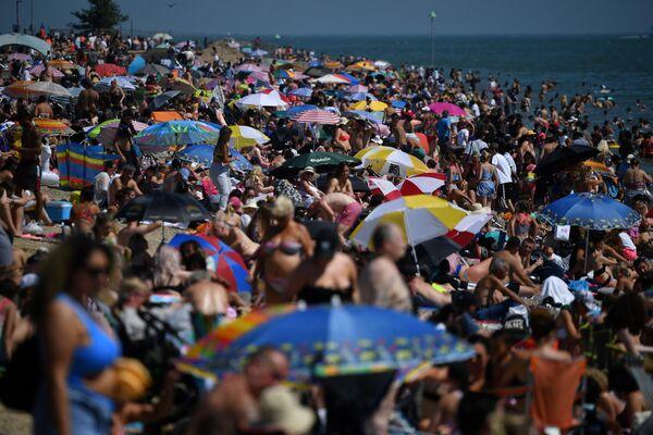 Отдыхающие на пляже в Саутенд-он-Си в Великобритании