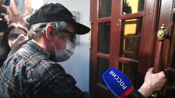 Актер Михаил Ефремов во время возвращения после допроса по делу о ДТП в квартиру в Плотниковом переулке в Москве