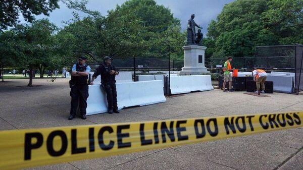 Сотрудники коммунальных служб устанавливают ограждение у памятника Аврааму Линкольну в парке Вашингтона