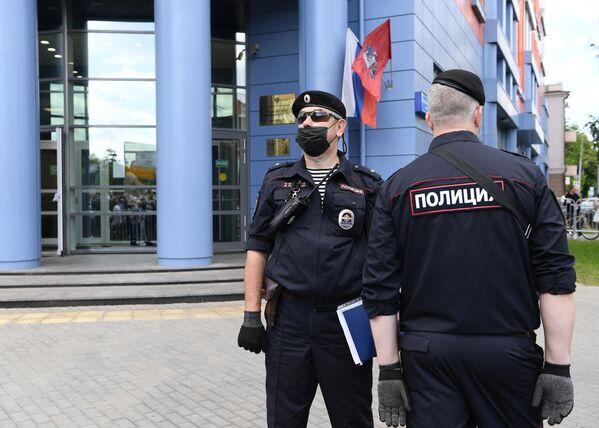 Сотрудники полиции возле здания Мещанского суда в Москве, где будет оглашен приговор по делу Седьмой студии