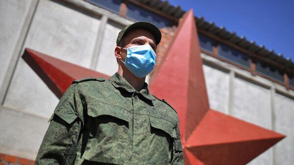 Призывник перед отправкой на службу в Президентский полк у сборного пункта Краснодарского края