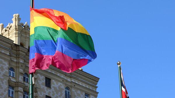 Посольство Великобритании в Москве вывесило флаг ЛГБТ