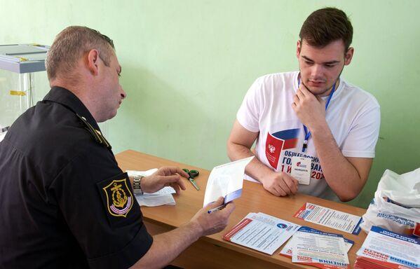 Военнослужащий на избирательном участке в Севастополе, где проходит голосование по вопросу принятия поправок в Конституцию РФ