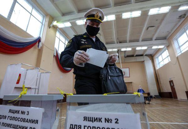 Военнослужащий Северного флота РФ на избирательном участке в Североморске, где проходит голосование по вопросу принятия поправок в Конституцию РФ