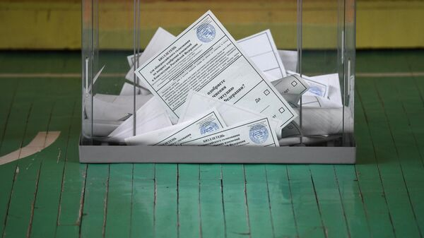 Урна для голосования с бюллетенями на избирательном участке во время голосования по внесению поправок в Конституцию РФ