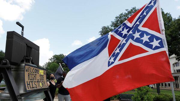 Флаг Миссисипи во время акции рядом с Капитолием в городе Джексон, должны рассмотреть вопрос об изменении флага штата