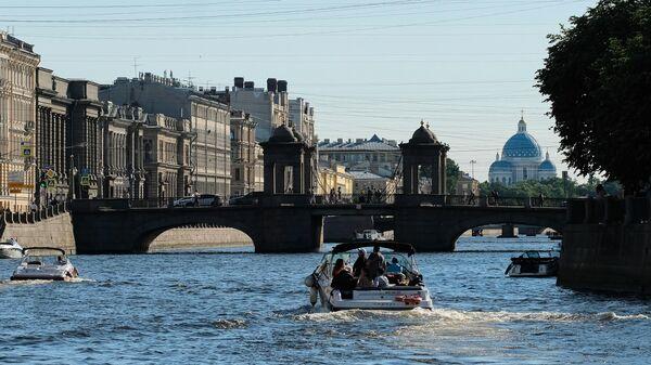Прогулочные катера на реке Фонтанка и мост Ломоносова