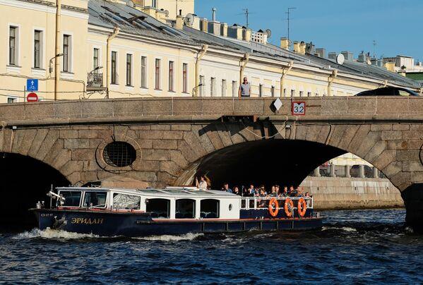 Прогулочный катер у Прачечного моста в Санкт-Петербурге