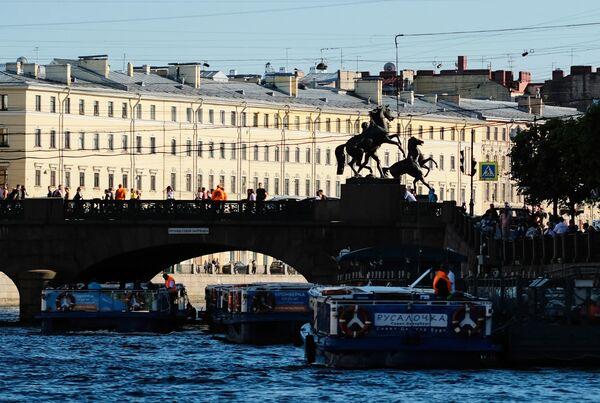 Прогулочные катера у Аничкова моста в Санкт-Петербурге