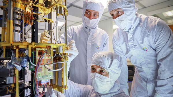 Люди в науке, 2-е место. Команда НОЦ ФМН в процессе сборки криогенной части квантового компьютера, которая обеспечивает охлаждение сверхпроводниковых процессоров почти до температуры абсолютного нуля (-273,1 °C)
