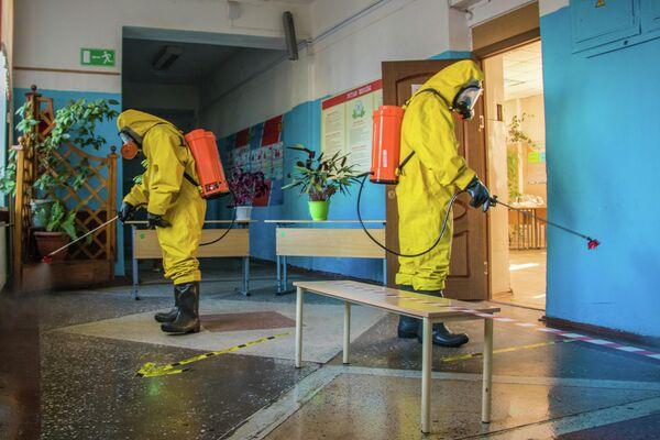Сотрудники МЧС РФ во время санитарной обработки избирательного участка в Тверской области