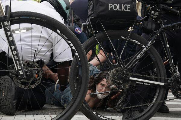 Сотрудники полиции производят задержания вовремя протеста в Нью-Йорке