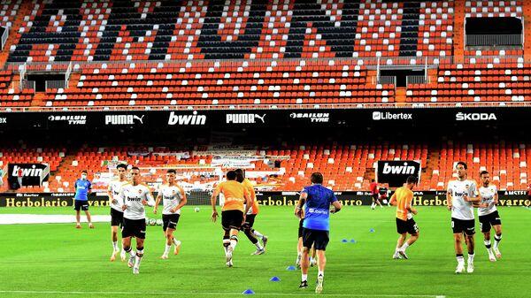 Футболисты Валенсии разминаются перед началом матча