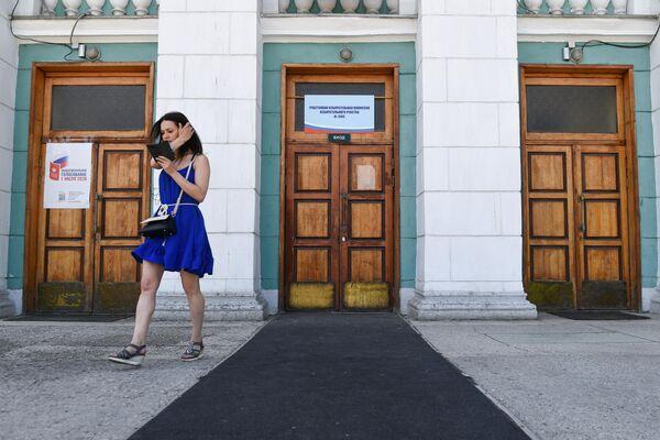 Женщина на избирательном участке в Новосибирске, где проходит голосование по вопросу внесения поправок в Конституцию РФ