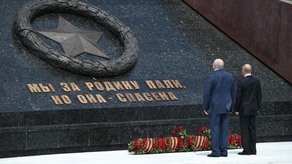 Президент РФ Владимир Путин и президент Белоруссии Александр Лукашенко во время церемонии возложения венка к Ржевскому мемориалу Советскому солдату