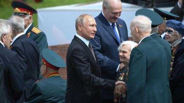 Президент РФ Владимир Путин и президент Белоруссии Александр Лукашенко приветствуют ветеранов на церемонии открытия Ржевского мемориала