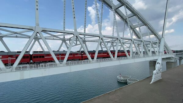 Запуск движения грузовых поездов по Крымскому мосту