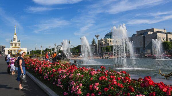 Отдыхающие на территории парка ВДНХ в Москве