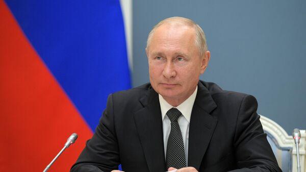 Президент РФ Владимир Путин во время видеоконференции по случаю открытия в Дагестане, Воронежской и Пензенской областях медицинских центров Министерства обороны РФ