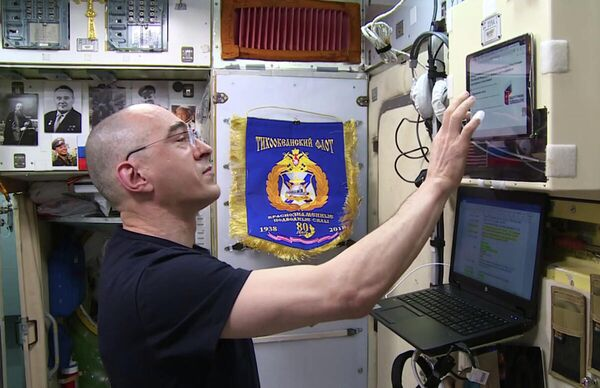 Российский космонавт-испытатель Анатолий Иванишин во время голосования на борту МКС