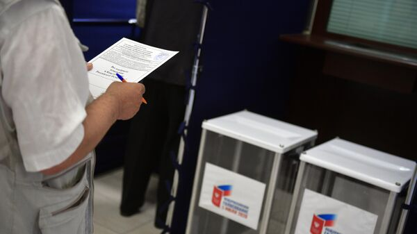 Мужчина принимает участие в голосовании по вопросу одобрения изменений в Конституцию России