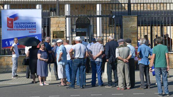 Очередь возле избирательного участка №8000 в городу Сухуме в Грузии, где проходит голосование по вопросу одобрения изменений в Конституцию России