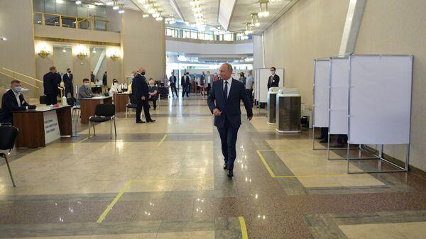 Президент РФ Владимир Путин во время голосования по вопросу одобрения изменений в Конституцию Российской Федерации на избирательном участке на избирательном участке No 2151 в здании РАН