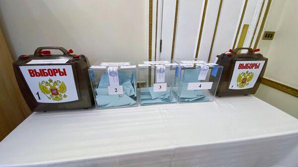 Урны для голосования по вопросу одобрения изменений в Конституцию Российской Федерации