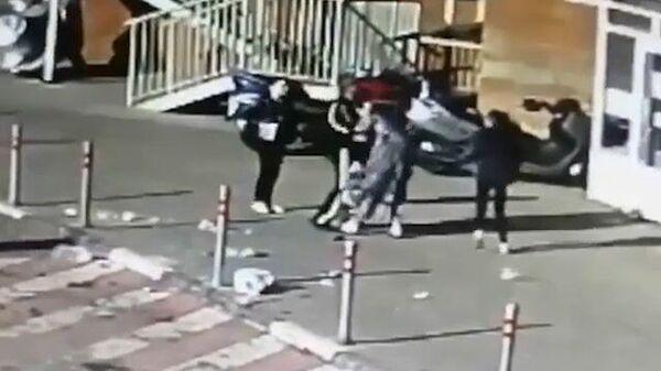 Видеокадры инцидента в Красногорске: на голову четырёхлетней девочке упала бутылка