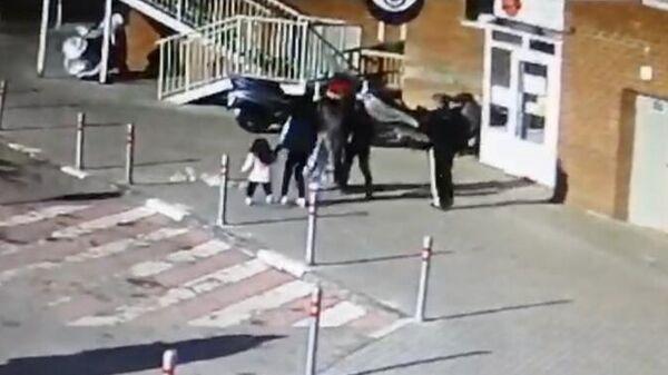 Кадр видео падения пакета с мусором на ребенка в Красногорске
