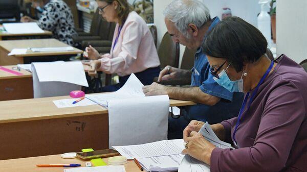 Члены избирательной комиссии во время подсчета голосов по итогам голосования по поправкам в Конституцию РФ на избирательном участке во Владивостоке