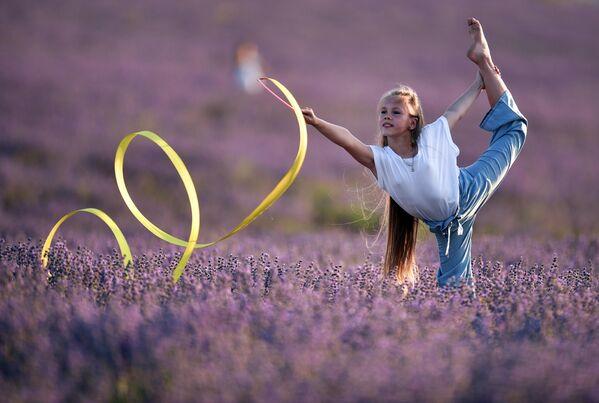 Девочка с лентой на лавандовом поле в Крыму