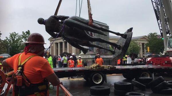 Демонтаж статуи генерала конфедератов Томаса Джексона с постамента в городе Ричмонд в США. Стоп-кадр с видео