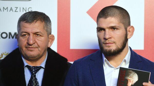 Хабиб Нурмагомедов (справа) и Абдулманап Нурмагомедов