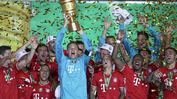 Bayern Munich's German goalkeeper Manuel Neuer raises the German Cup (DFB Pokal) trophy as he and his teammates celebrate winning the final football match Bayer 04 Leverkusen v FC Bayern Munich at the Olympic Stadium in Berlin on July 4, 2020. (Photo by Michael Sohn / POOL / AFP) / DFB REGULATIONS PROHIBIT ANY USE OF PHOTOGRAPHS AS IMAGE SEQUENCES AND QUASI-VIDEO.